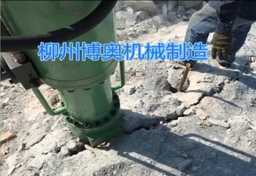 大型液压岩石劈裂机解决打地基难题