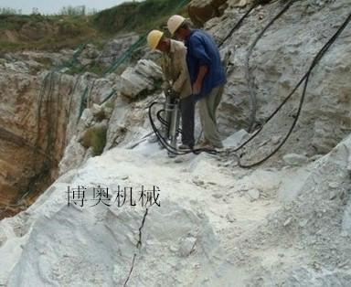 广西南宁那桐采石场劈裂机使用方法.jpg