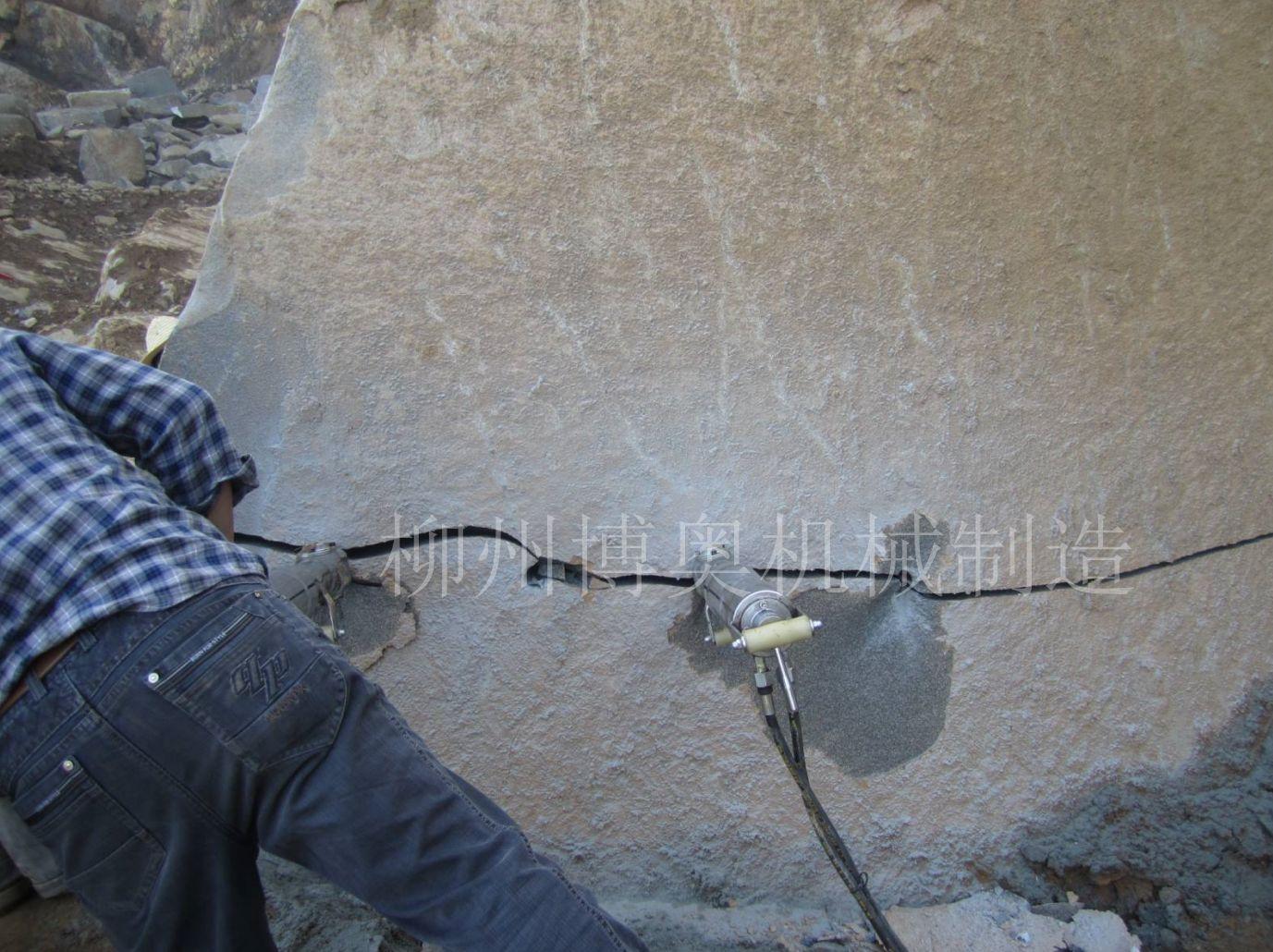 博奧劈裂機理想靜態破石施工方法